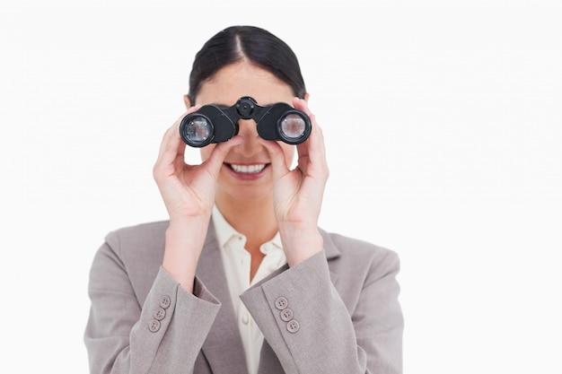 Sorrindo empresária olhando através de espião óculos