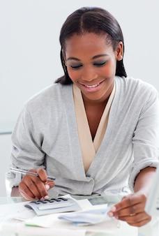 Sorrindo, empresária, usando, calculadora, dela, escrivaninha