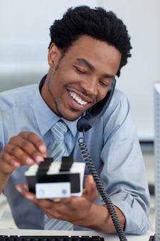 Sorrindo empresário no telefone olhando para o titular do cartão
