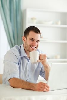 Sorrindo empresário tomando uma xícara de café