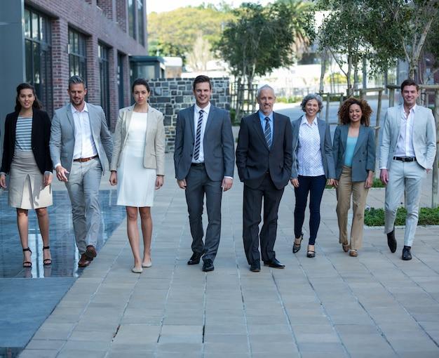 Sorrindo empresários andando no prédio de escritórios