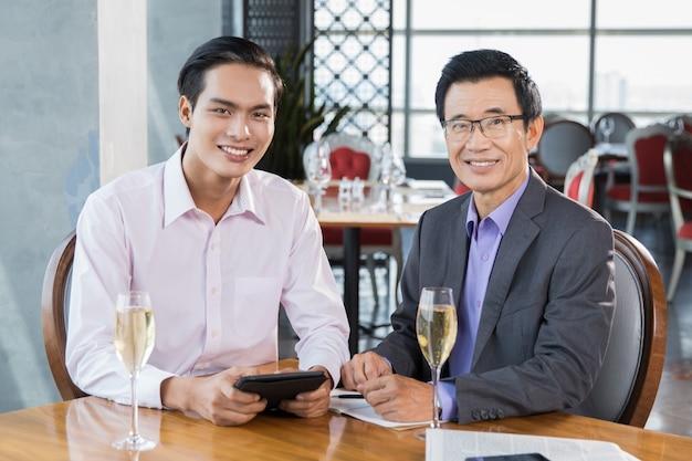 Sorrindo empresários com taças de champanhe