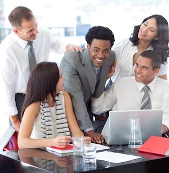 Sorrindo, equipe negócio, trabalhando, com, um, laptop