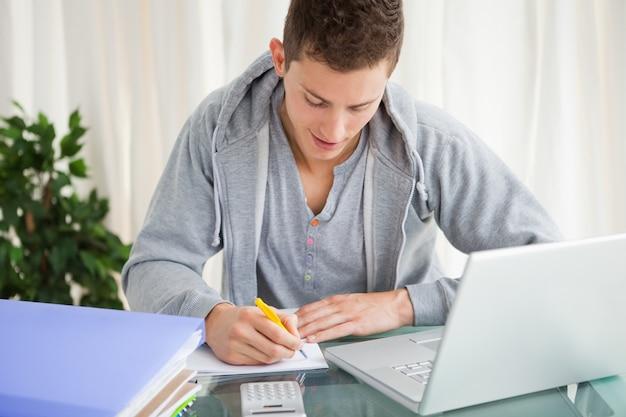 Sorrindo, estudante, fazendo, seu, dever casa, com, um, laptop