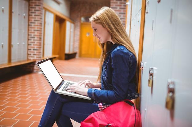 Sorrindo, estudante, sentando, em, a, computador, em, a, universidade