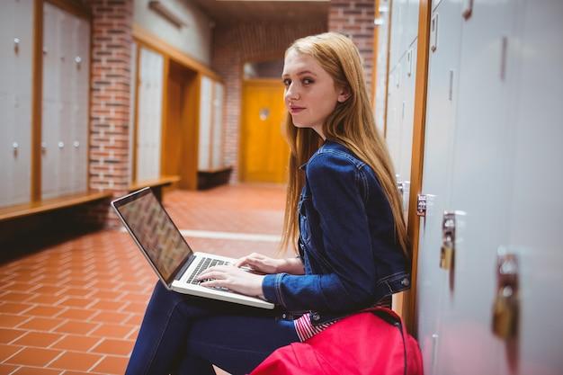 Sorrindo, estudante, sentando, em, a, computador