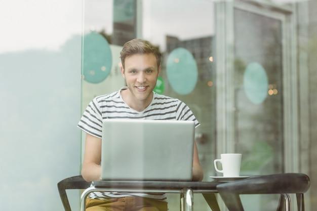 Sorrindo, estudante, usando computador portátil, em, café