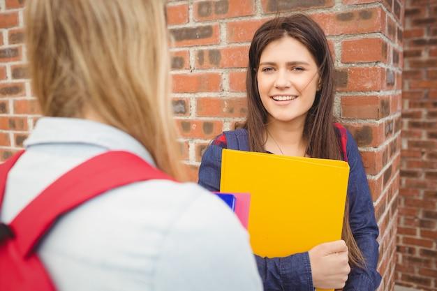 Sorrindo, estudantes, falando, ao ar livre, em, universidade