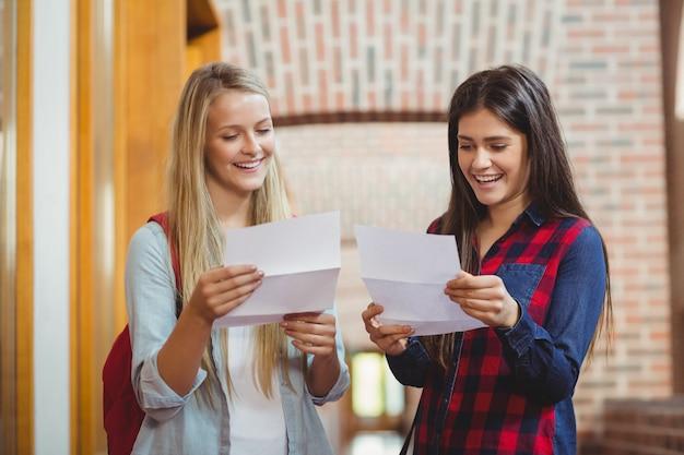 Sorrindo, estudantes, olhar, resultados, em, universidade