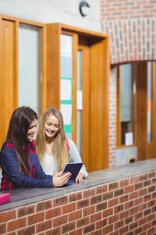 Sorrindo, estudantes, usando, tabuleta, junto, em, universidade