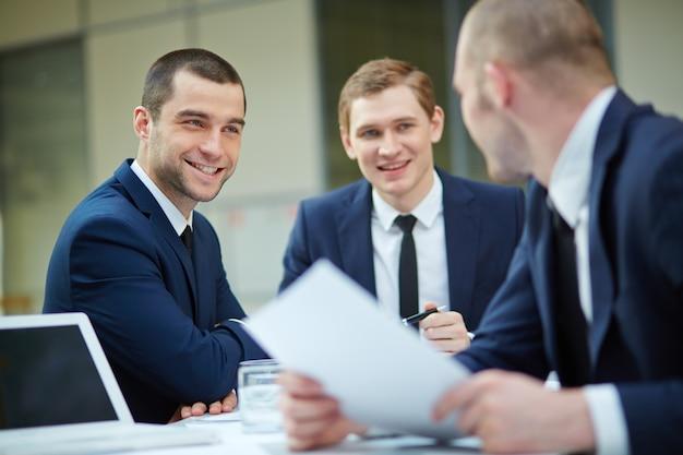 Sorrindo executivos com a papelada