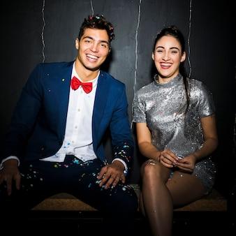 Sorrindo feliz casal