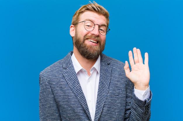 Sorrindo feliz e alegremente, acenando com a mão, dando as boas-vindas e cumprimentando-o, dizendo adeus