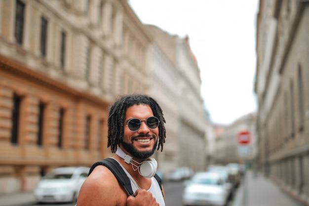 Sorrindo feliz homem afro