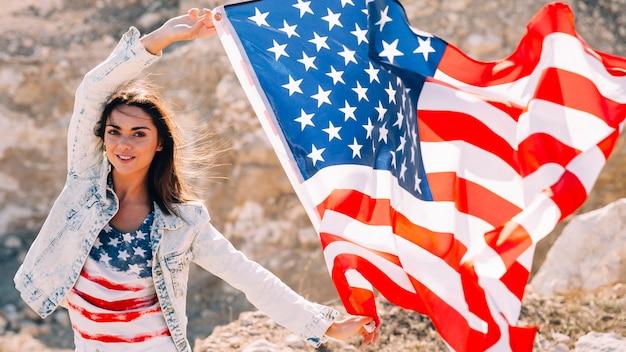 Sorrindo, femininas, com, bandeira, olhando câmera