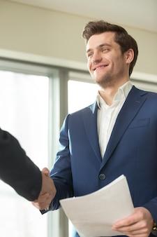 Sorrindo, financeiro, conselheiro, handshaking, com, cliente