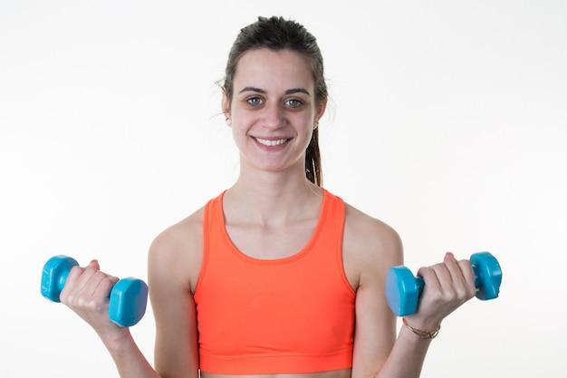 Sorrindo fitness mulher levantando pesos exercício isolado