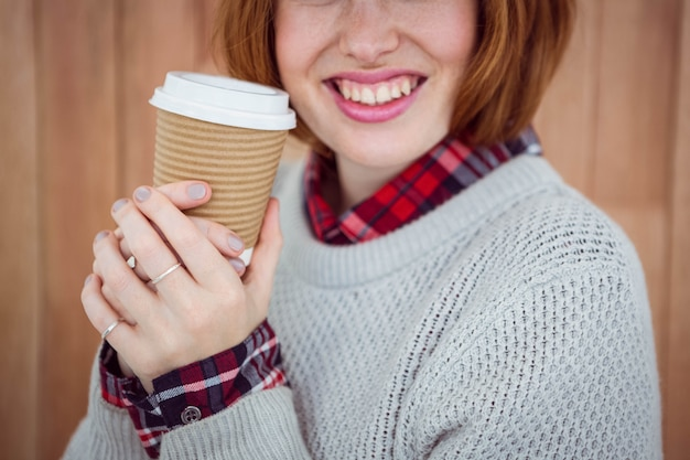 Sorrindo hipster mulher segurando uma xícara de café