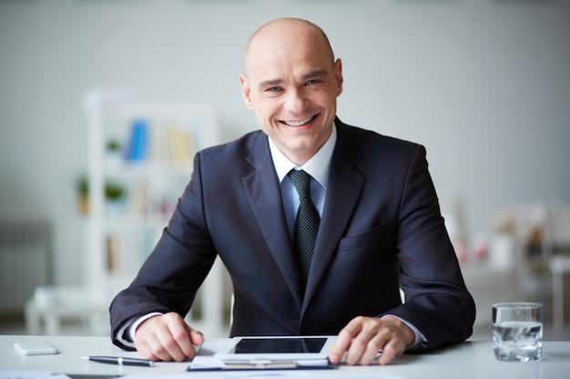 Sorrindo homem de negócios com tabuleta digital