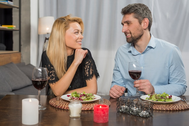 Sorrindo, homem, e, alegre, mulher, perto, pratos, e, óculos, tabela