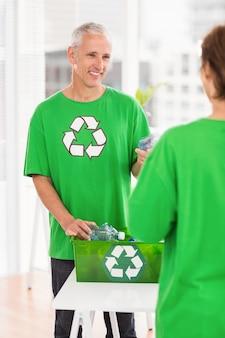 Sorrindo homem ecológico com caixa de reciclagem