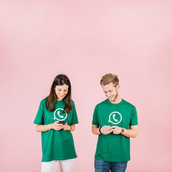 Sorrindo, homem jovem, e, mulher olha, em, cellphone