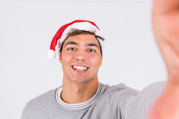 Sorrindo, homem jovem, em, natal, chapéu