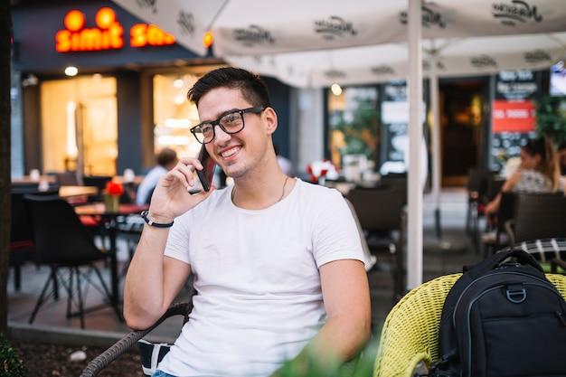 Sorrindo, homem jovem, falando telefone móvel