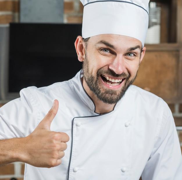 Sorrindo, homem, mostrando, polegar cima, sinal