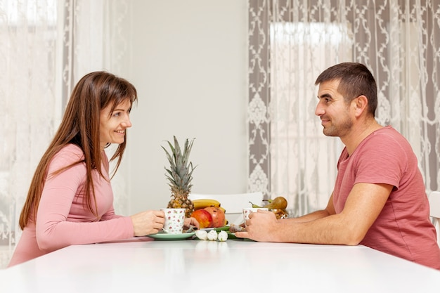 Sorrindo, homem mulher, servindo chá