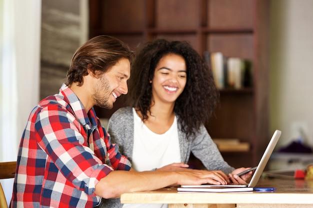 Sorrindo, homem mulher, trabalhando, com, laptop