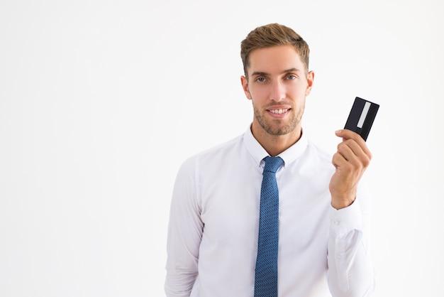 Sorrindo, homem negócio, segurando, cartão plástico