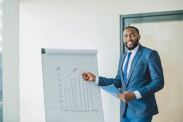 Sorrindo, homem negócios, apresentando, gráfico