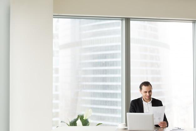 Sorrindo, homem negócios, em, escritório