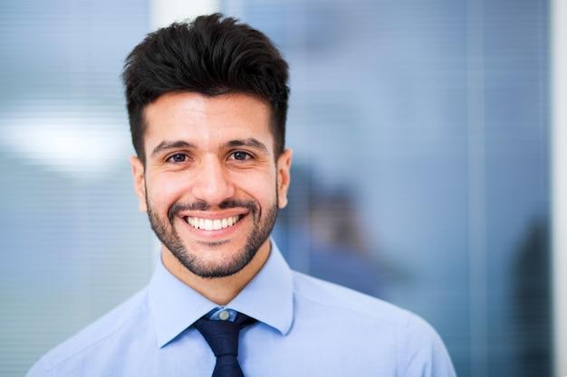 Sorrindo, homem negócios, em, seu, escritório