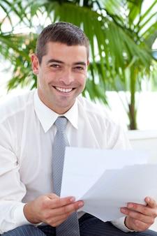 Sorrindo, homem negócios, leitura, alguns, documentos, ligado, sofá