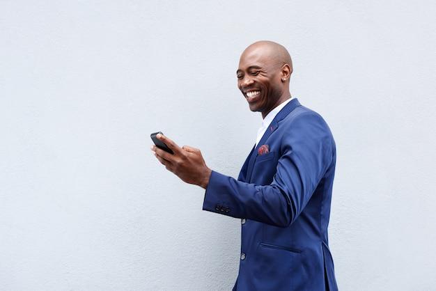 Sorrindo, homem negócios, olhar, cellphone