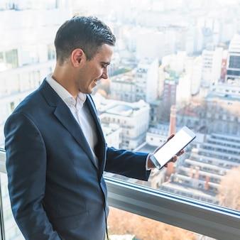 Sorrindo, homem negócios, olhar, smartphone