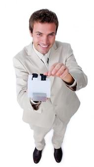 Sorrindo, homem negócios, segurando um livro, em, a, câmera