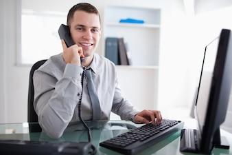 Sorrindo, homem negócios, tendo, um, diálogo, ligado, a, telefone
