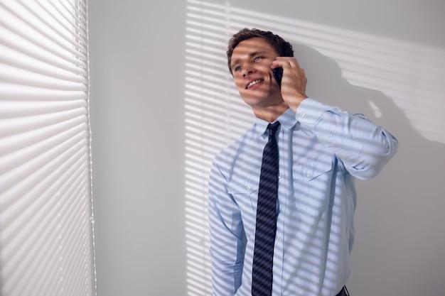 Sorrindo, homem negócios, usando, móvel, telefone