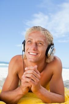 Sorrindo, homem, olhar, enquanto, escutar música, com, seu, headset