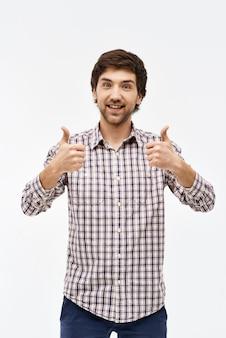 Sorrindo homem satisfeito polegares para cima