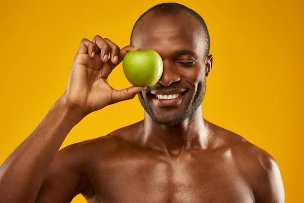 Sorrindo, homem, segura, maçã, frente, fechado, olhos