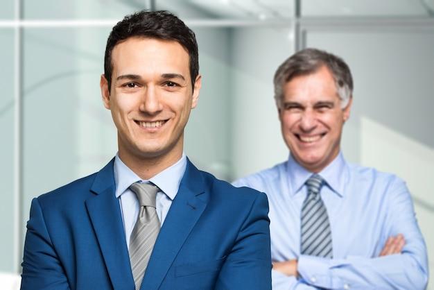 Sorrindo, homens negócios