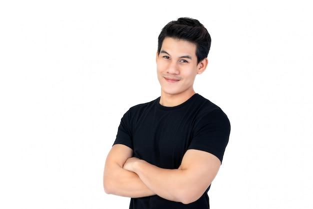Sorrindo, jovem, asian tripulam, em, casual, pretas, t-shirt, com, braço cruzaram