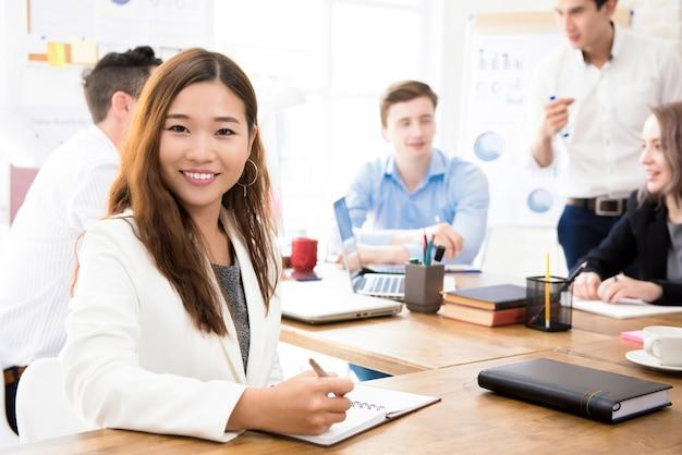 Sorrindo, jovem, confiante, asiático, executiva, em, escritório