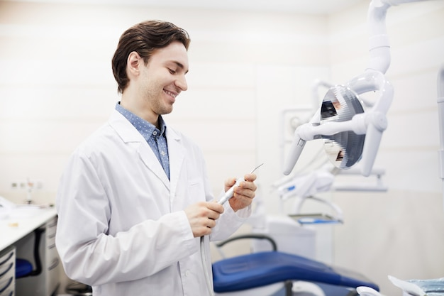Sorrindo jovem dentista