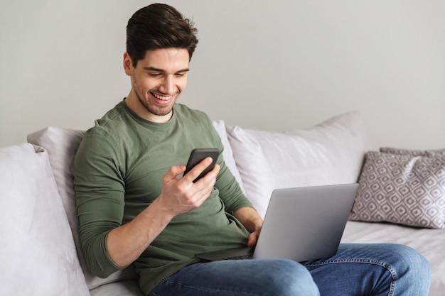 Sorrindo jovem digitando no celular
