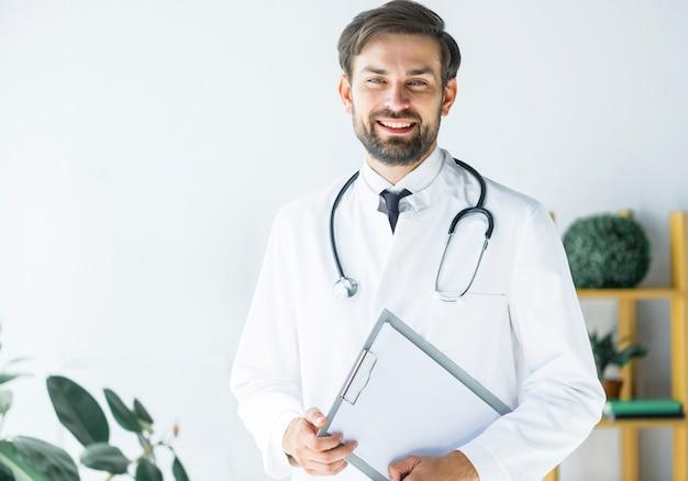 Sorrindo, jovem, doutor, com, área de transferência